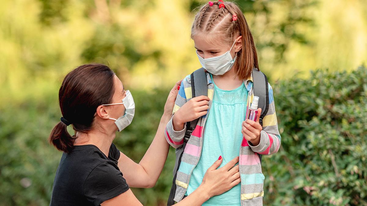 Χρήση μάσκας στο σχολείο, παιδί και μάσκα, επιστροφή στο σχολείο σε καιρό κορωνοιού, μάσκα covid, σχολείο, back to school,